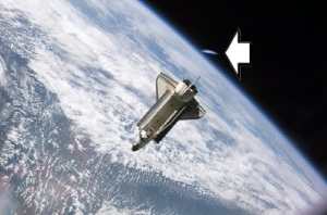 db_flying_saucer_approaching_shuttle1